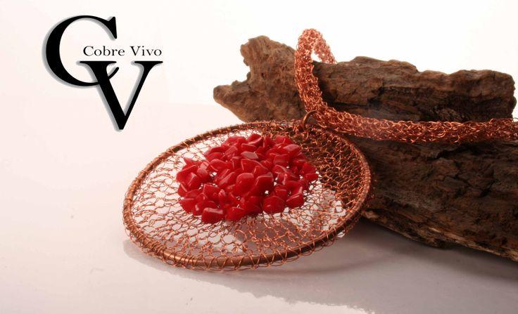 Collar de cobre tejido con coral #joyasdecobre realizado por Cobre Vivo