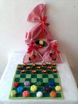 Jogo de Damas - Com tabuleiro em feltro 32 X 32 cm. Peças em florzinhas de fuxico e joaninhas.