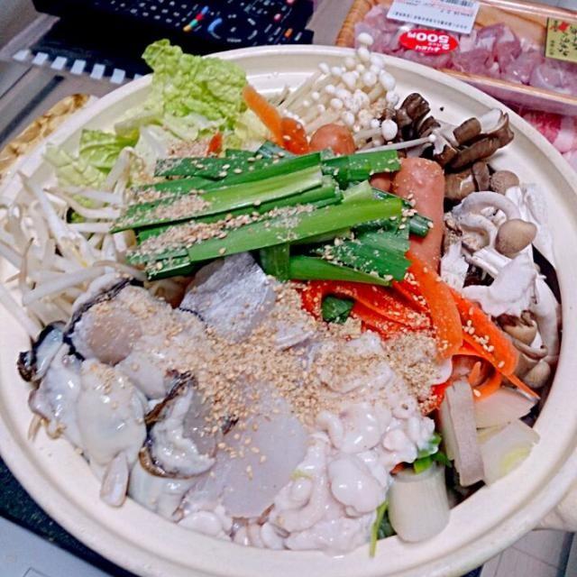 ウェイパーと味噌でスープを作りました♡それに、生姜とすりごまを沢山入れました♡ - 8件のもぐもぐ - ゴマ味噌海鮮寄せ鍋 by mahikarikariro