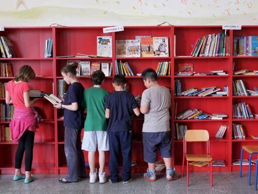 L'esperimento di «scrittura in diretta» realizzato da Roberto Piumini nelle scuole medie: gli adolescenti raccontano le loro esperienze, lui le «traduce» per loro