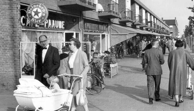 1950 Burgemeester De Vlughtlaan in Slotermeer met cafe Pauwe