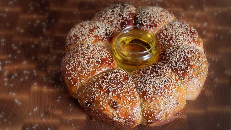 Хала на Рош а-Шана (еврейский Новый Год) обязательно должна быть на праздничном столе. Рецептом халы делится Уриэль Штерн - кулинар и эксперт по кашруту