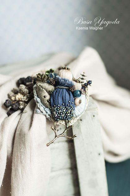Купить или заказать Брошь 'Полевые цветы' в интернет-магазине на Ярмарке Мастеров. Брошь в виде букетика из полевых цветов и трав. Собрана из оттенков синего, приглушенного зеленого, серо-голубого. Брошь декорирована миниатюрными бусинками, веточками, винтажными фрагментами с вышивкой, растительными элементами.