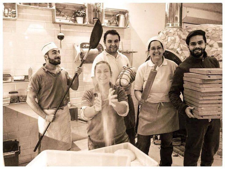 Una pizzeria romagnola con una grande pizza...abbastanza napoletana! :D http://www.ditestaedigola.com/pizzeria-da-pasquale/