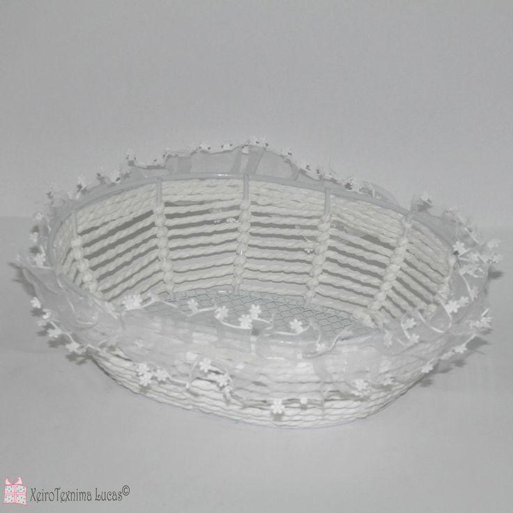 Οβάλ, ψάθινα πανεράκια, με συρμάτινο σκελετό και λευκή δαντέλα ιδανικά για πασχαλινή διακόσμηση. Oval basket, made of wire and rope and decorated with lace for Easter decoration.