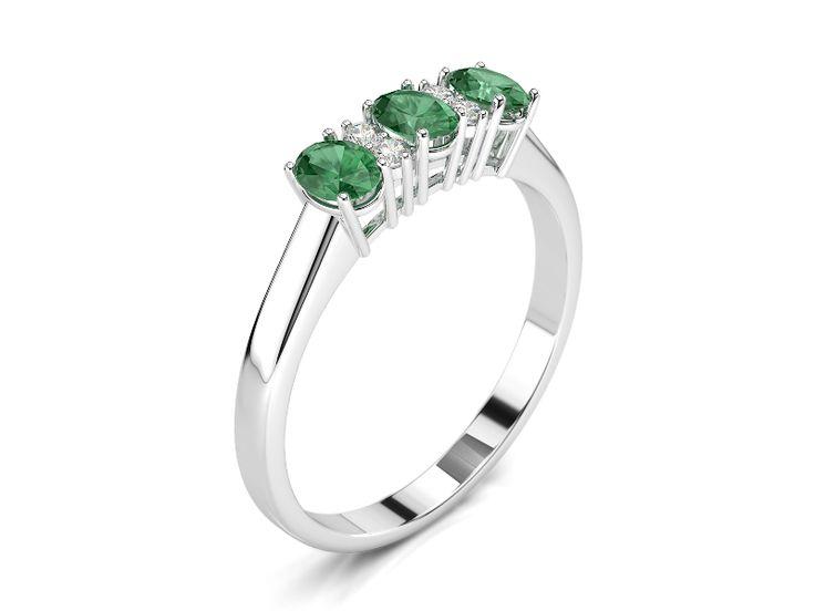 Anello trilogy di smeraldi ovali 4x3 mm intervallati da piccoli diamanti che rifiniscono ed esaltano la bellezza degli smeraldi. Anello economico, ma di grande impatto scenico.