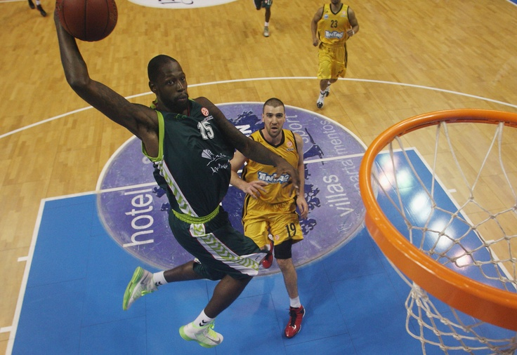 James Gist dispuesto a machacar el aro. Unicaja - Alba Berlín. Jornada 4 Fase Regular