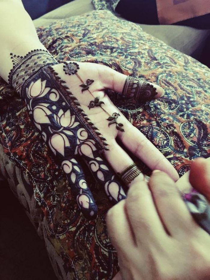henna-tatuaje-en-la-palma-para-mujer-flor-de-loto-lindo