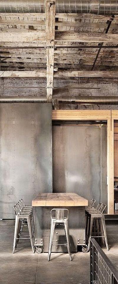 Foto: Industrieel interieur - industriële barkrukken - industriële eettafel - industriële eetkamerstoelen. Geplaatst door gemmavandervegt op Welke.nl