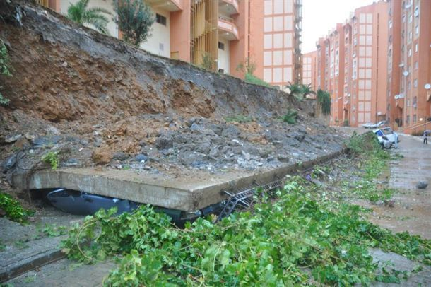 Anamur'da istinat duvarı çöktü 13 araç altında kaldı