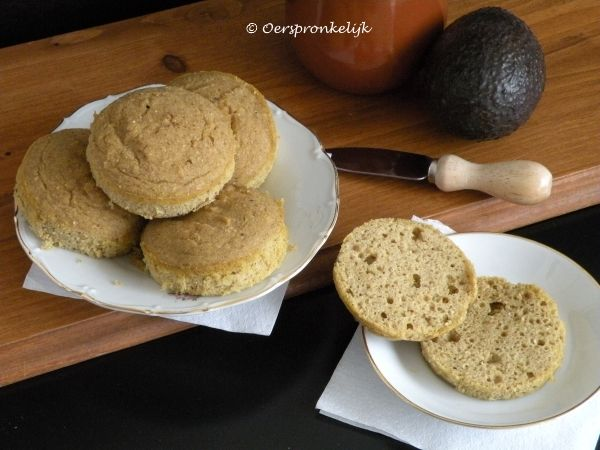 Tijgerbroodjes  •2 eieren •3 eetlepels appelpuree, zoete aardappelpuree of bijv. geprakte banaan •1 eetlepel kokosolie of ghee, op kamertemperatuur of licht gesmolten •1 eetlepel water •50 gram tijgernotenmeel •1 eetlepel kokosmeel •1 eetlepel arrowroot •1 theelepel bakpoeder •snufje zout  175 graden, 20 min, 5 muffins/broodjes