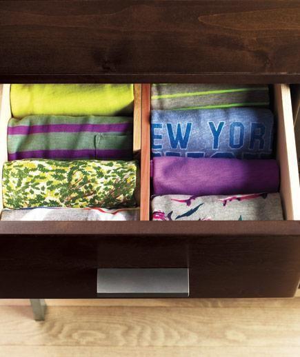 Dobrando T-shirts ao meio e depois fazendo rolinhos  e possível otimizar espaço nas gavetas e ainda encontrar com muito mais facilidade a que você procura.