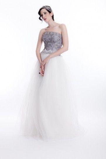 La collezione White di Sarah Houston presenta abiti da sposa classici ma dal sapore vintage e retrò. Come il modello Lavender con gonna di tulle di seta bianca sulla quale spicca il corpetto finemente ricamato nei colori platino e viola. L'abito Lavender della collezione White è disponibile, oltre che in bianco, in colore avorio.
