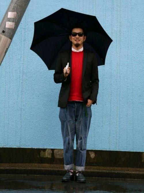 雨の日でもジャケット着ます‼ 黒のテーラードジャケットを軽く着る感じでインナーにはシャツにカットソー