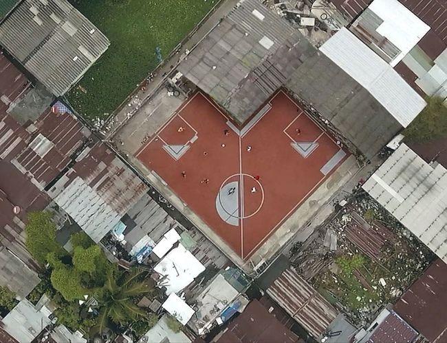 """Bangkok, la capital de Tailandia, es parte del proyecto The Unusual Football Field (""""Las canchas de fútbol inusuales""""), donde la constructora AP Thai diseñó y construyó canchas en formatos pocos convencionales, con esquinas y desniveles. Así, desde las alturas, sorprende ..."""