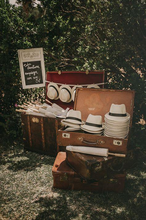 ¿Tu ceremonia es al aire libre? Evita insolaciones ELLAS:sombrilla ELLOS: sombrero panamá