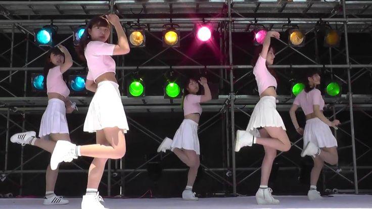 ピンクのトップスと白いスカートが可愛い、女子大生のKPOPカバーダンス
