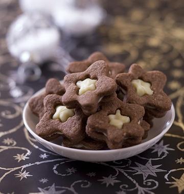 Sablés au chocolat noir coeur chocolat blanc - les meilleures recettes de cuisine d'Ôdélices  http://www.odelices.com/recette/sables-au-chocolat-noir-coeur-chocolat-blanc-r1900
