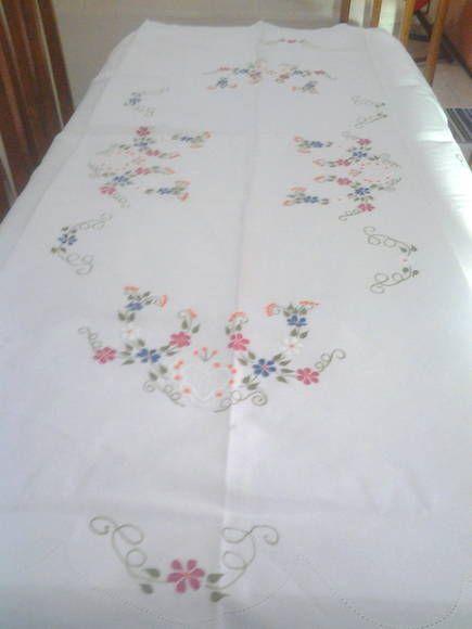 Toalha de mesa retangular, ideal para mesa para seis pessoas. Fundo branco e bordados feitos a mão, colorido nas mais diversas cores.  Tam.: 2,15 cm x 1,40 cm. Cor: Branca com bordados coloridos. Composição: Linho R$ 75,90