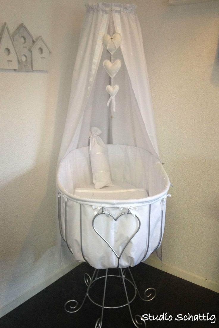 Opnieuw gespoten smeedijzeren wieg, voorzien van hagelwitte bekleding, een plaatje om naar te kijken...lieve baby erin en plaatje is compleet!