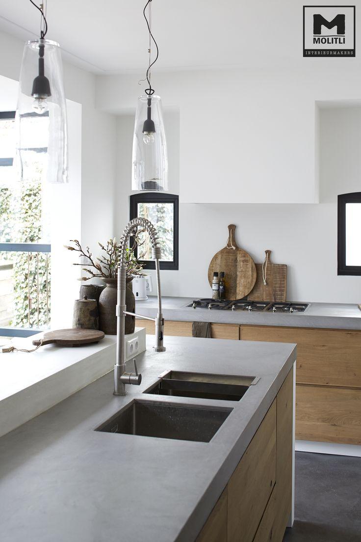 Door ons op maat gemaakte keuken; hout en betonstuc met onze gietvloer van echt beton! www.molitli-inter…