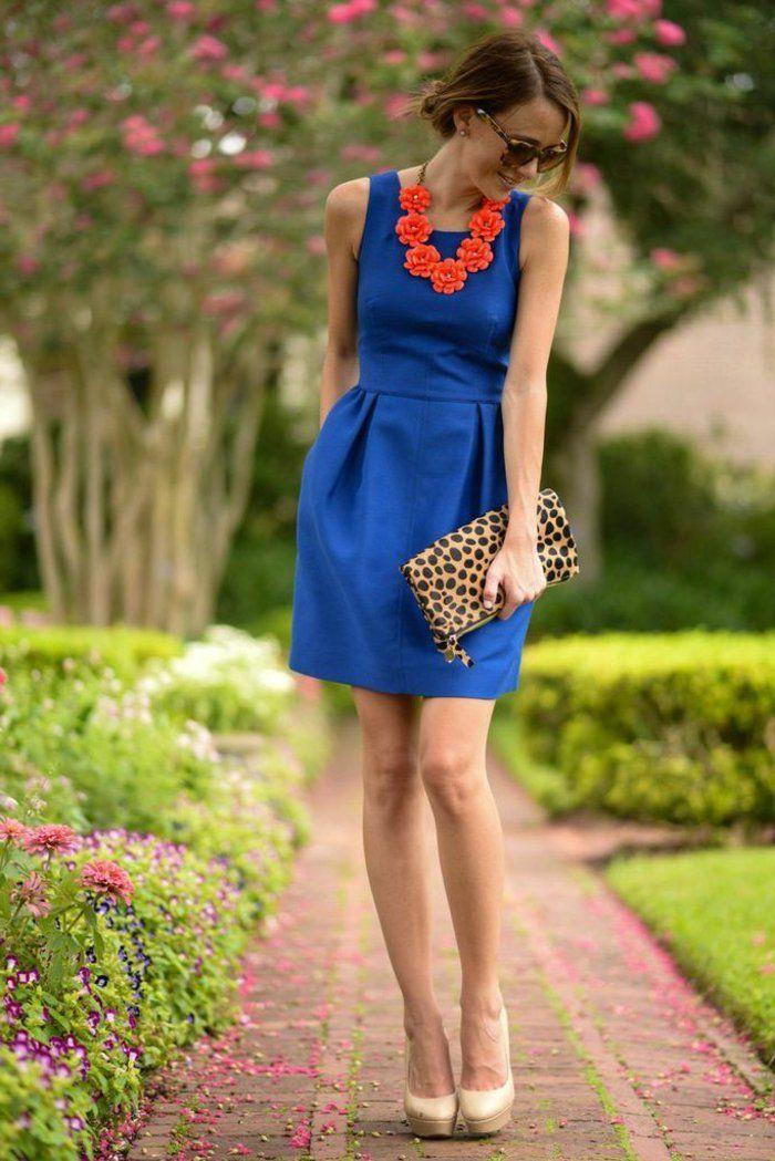 une jolie robe mi-longue de couleur bleu, femme avec lunettes de soleil