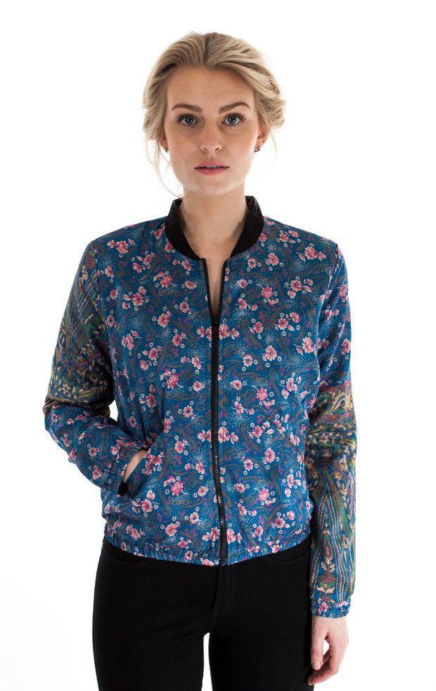 Blomstret bomber jacket i genanvendt silke-sari fra Sissel Edelbo fra My Fair Shop