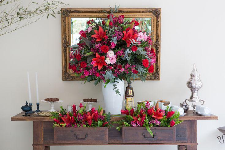Casamento rústico-chique: flores vermelhas - Foto: Luiza Reis Fotografia