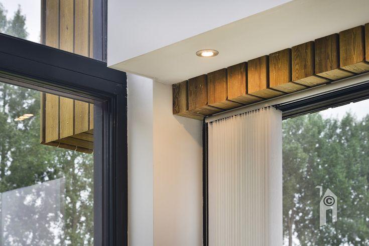 Modern ecologisch biobased woning met een mooi interieur, een fraaie vide met hoge glazen wand zorgen voor een keukengroep die baadt in licht en zeker op de verdieping een fraai uitzicht gunt. De keuken gaat via een soort lichtboulevard over in de woonkamer aan de andere kant, ook hier veel glas.