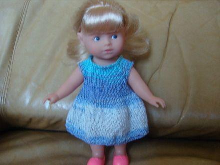 Robe pour une poupée de 20 cm type mini corolline de Corolle. Robe réalisée au tricot avec un coton multico mauve et turquoise, fermée dans le dos par un bouton. - 11282407