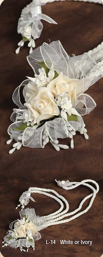 mexican wedding ceremony For your wedding, you can give guests little mexican wedding cookies wrapped in tulle, spanish fans, a volume of pablo neruda's love poems, or note cards with paintings by frida kahlo or diego rivera tied with ribbon.