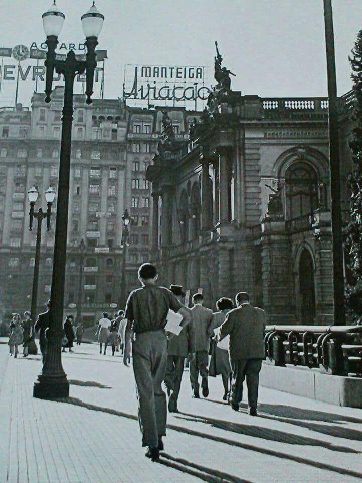 1948 - Uma tarde tranquila no até então pacato Viaduto do Chá. À direita na foto o Teatro Municipal.