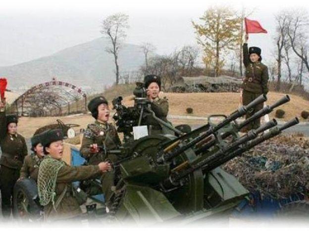 Lima pegawai tentera Korea Utara dihukum bunuh   Kesemua pegawai terbabit dihukum dengan tembakan meriam anti-pesawat.  PYONGYANG - KOREA UTARA. Seramai lima pegawai tentera Korea Utara dihukum bunuh setelah berlakunya kes pembunuhan Kim Jong-nam di KLIA2 13 Februari lalu lapor Reuter. Kesemua pegawai terbabit dihukum dengan tembakan meriam anti-pesawat kerana didakwa bersalah memberikan maklumat palsu kepada kerajaan. Inilah hukuman mati dijatuhkan buat pertama kali ke atas pegawai tentera…