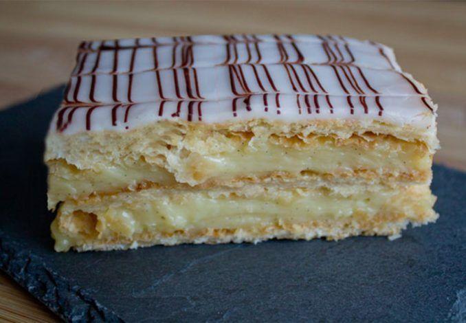 Medzi obzvlášť chutné sladkosti patrí francúzsky vanilkový zákusok zvaný aj MIlle Feu. Podáva sa takmer vkaždej dobrej parížskej cukrárni, no ani jeho domáca výroba nie je extra náročná. Zdatné pekárky ju zvládnu ľavou zadnou. Asvojich najbližších potešia tou najchutnejšou maškrtou. Budete potrebovať: Na cesto 1 balíček lístkového cesta trochu cukru trochu vody Na krém 500ml