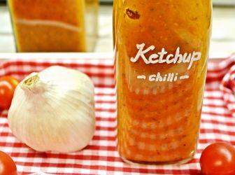 Fűszeres házi ketchup recept: Ez egy saját ízlés szerint kialakított verziója a házi ketchupnak. Amint a lábasba kerül főni a paprika, zeller, paradicsomfélék és az alma, ami akár ki is hagyható, onnantól kezdve lehet a saját ízlésünk szerint alakítani. Több cukor, kevesebb vagy egzotikus fűszerek hozzáadásával, a chili elhagyásával más ízeket kaphatunk.