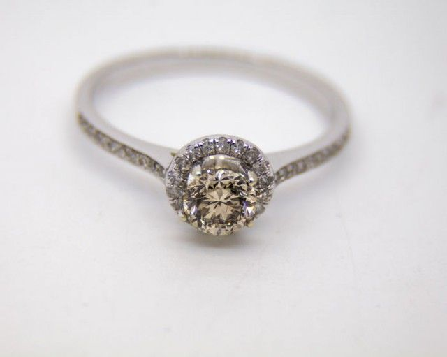 14 kt gold ring  with central diamond 0.41 ct. and side diamonds 0.12 ct.  NATURAL DIAMONDS  GEMSTONES IN RING SET FROM JEWELLERYAUCTIONED.COM