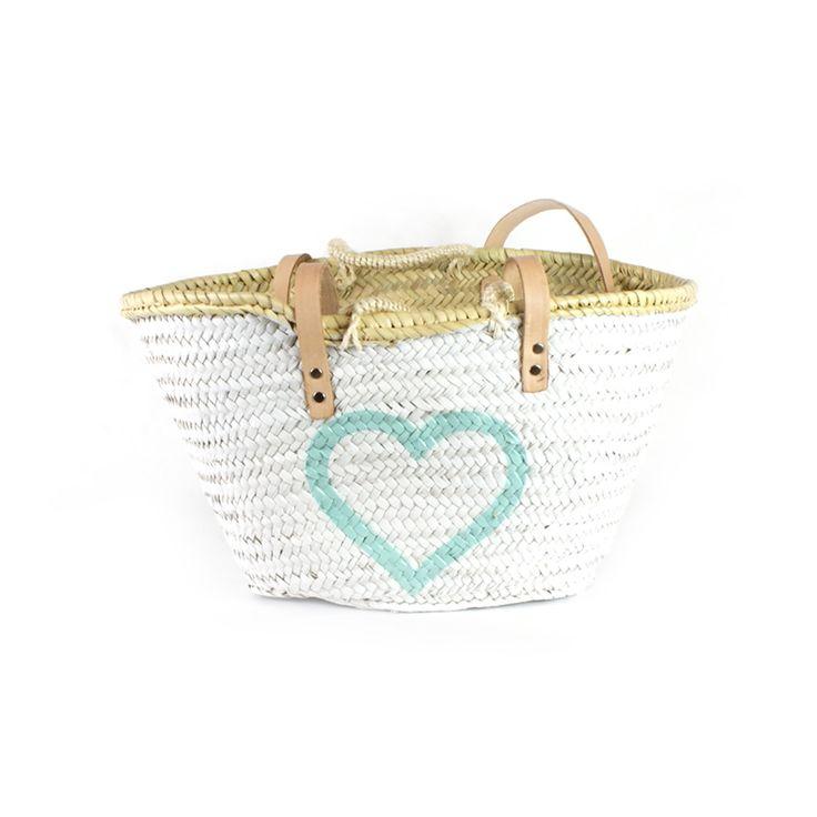 Capazo mediano pintado a mano en color blanco y corazón hueco en verde aqua. Su tamaño te permite usarlo también como bolso. Precio: 32€