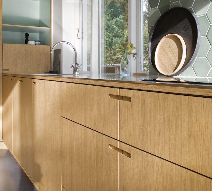 Simple grips integrated in heavy oakwood covers. // Minimalistisk Snedkerkøkken af NicolajBo™