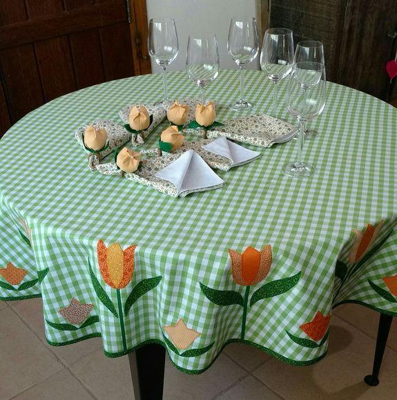 Dê boas vindas aos seus convidados com estilo!  Essa Toalha de mesa personalizada com os guardanapos de tulipas podem ser uma peça maravilhosa no seu almoço, jantar, lanche, piquenique ou churrasco. Ótimo item para casa de campo, praia ou para presentear.  A toalha de mesa é confeccionada em teci...
