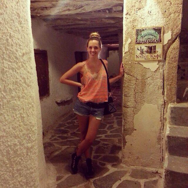 Caminando por las calles de Naxos, Grecias. Este es el look que elegí!!! Musculosa y short Rapsodia/ Cinturon, Chocolate / Cartera y borcegos Prüne/ #naxosstyle #felicidad #veranoengracia