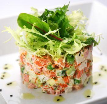 Esta tártara de salmón es muy fresca y se ve super bonita y elegante.