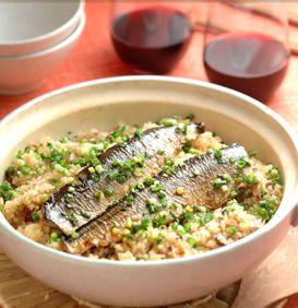 秋といえばさんま、そして新米の季節です! さんまをたっぷり使った、鍋炊きのおいしいごはんを食べましょう。火にかけてからは15分くらいででき上がるので、実は炊飯器よりも手軽。ご飯が炊ける香りや、炊き上がりにふたを開ける瞬間のワクワク感も楽しめます。 塩焼きさんまを炊き込んだご飯に、甘辛味のかば焼きをのせた豪華版! 食卓でふたを開ければ、みんながアッと驚きます。