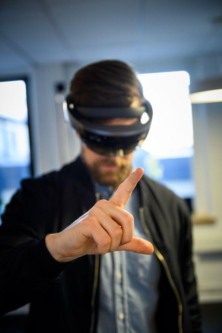 Vi tycker inte att verkligheten räcker till, så vi har förstärkt den. På vårfesten HK60 bjöd vi på en titt in i framtiden. En duktig hantverkare klarar sig snart inte med hammare och skruvdragare. För att det ska bli riktigt bra behövs snart även ett par AR-glasögon. I alla fall om hantverkaren vill leverera toppkvalitet enligt Schüco. PÅ BAU-mässan i München presenterade vi som teknikledaren inom fönster, dörrar och fasader mjukvara för den digitala metallbyggaren. Vår förhoppning är att…
