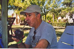 Ricardo Alcántara. Nació en Montevideo (Uruguay) en 1946, desde hace muchos años reside en Barcelona. Escritor prolífico de literatura infantil y juvenil, sus libros publicados sobrepasan el centenar. Ganador del Premio Lazarillo en 1987 y del Premio Austral Infantil el mismo año. Para saber más http://www.escriptors.cat/autors/alcantarar/pagina.php?id_sec=376 http://es.wikipedia.org/wiki/Ricardo_Alc%C3%A1ntara