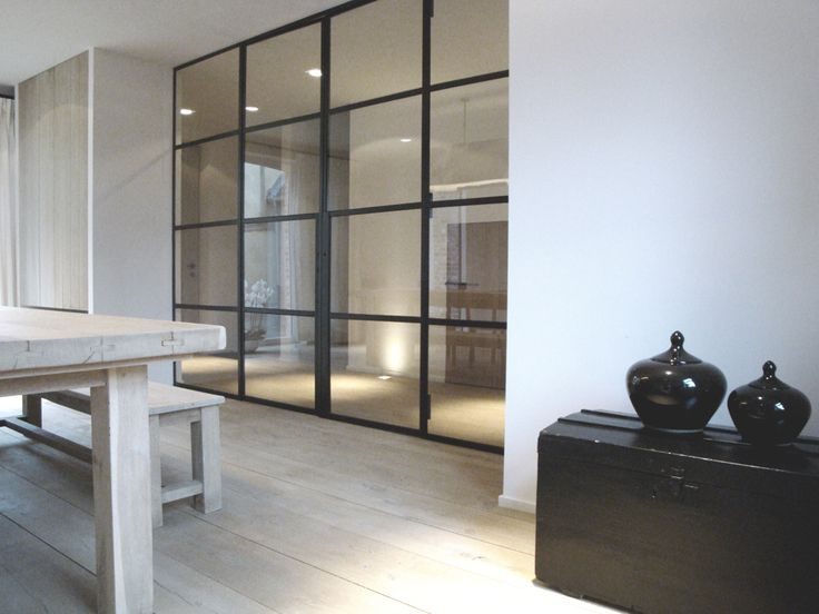 Vrolix Interieur eetkamer met stalen deur eik verouderd en vergrijsd