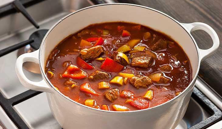 Gulasj er en kraftig gryterett med masse smak, og en av nasjonalrettene i Ungarn.