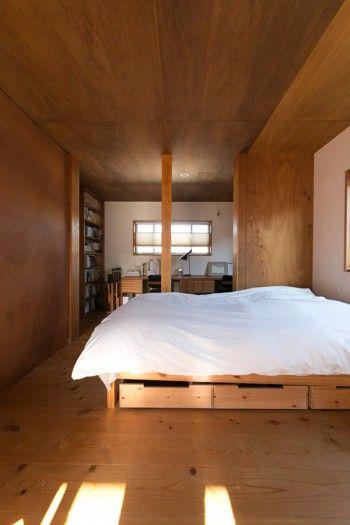 ラワンベニヤの素朴でシンプルな空間。壁を取り払って、2階全体をひとつの大空間にすることも可能。