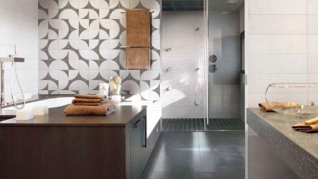 Il bagno diventa luogo di sperimentazione: i rivestimenti ceramici geometrici contribuiscono a rendere l'ambiente dinamico e con tante possibilità di personalizzazione.
