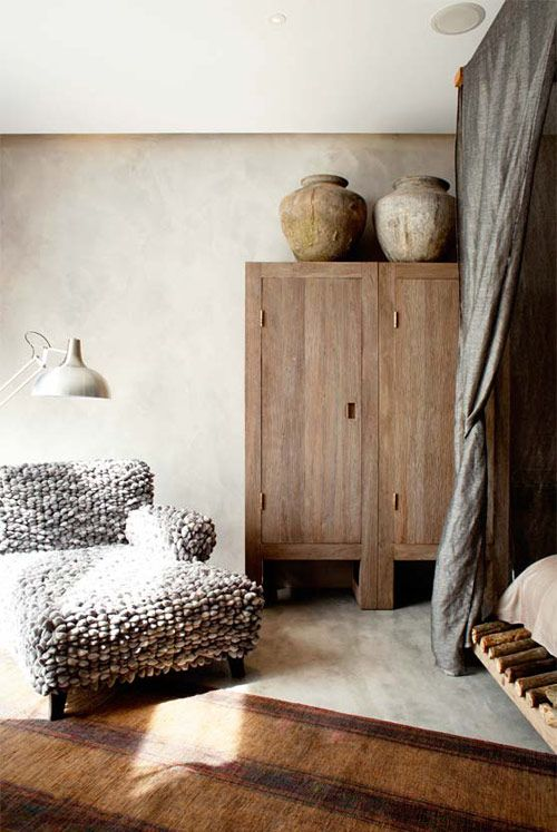 A madeira in natura combina perfeitamente com tons terrosos e é perfeita para quem gosta da decoração rústica típica de casas do campo, transformando qualquer ambiente em um refúgio de descanso.