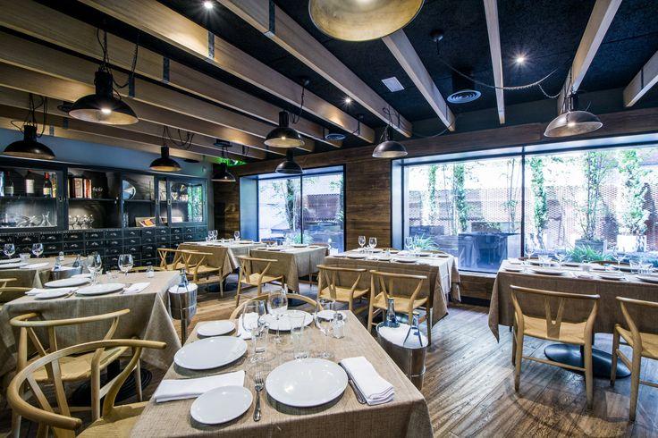 Restaurante La Maquina de Chamberí, con ventanales amplios con mucha iluminación.